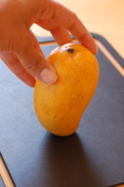 Hold mango upright